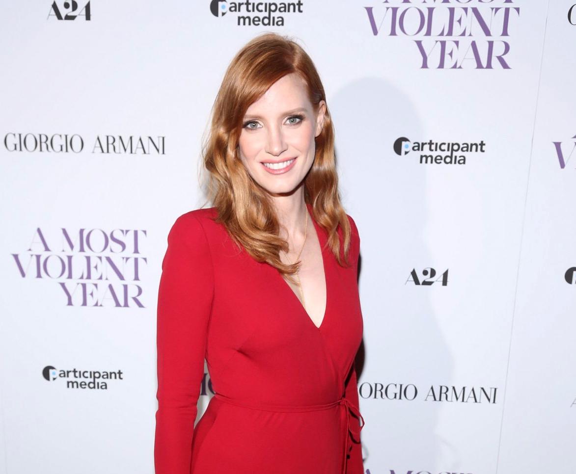e0a78b1ac7277 Kızıl saçlı Emma Stone'da koyu kırmızı elbise için hoş ve yumuşak makyaj.
